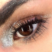 Who said brown eyes are dull? Check out this makeup for brown eyes by @eleonoragobbo with pink eyeshadow and glitters in silver.