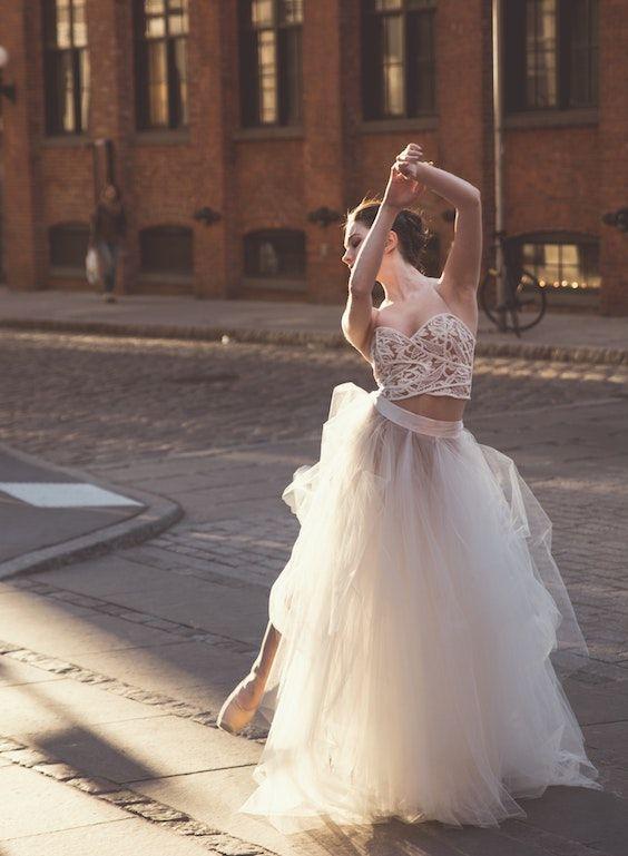 Las novias que visten un dos piezas están en tendencia y es una manera ultra original de ahorrar en tu boda. Foto: Kevin Lee/BYW @kevin_lee New York.