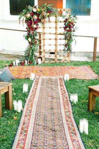 Las parejas menos convencionales pueden escoger celebrar sus nupcias en un lugar no tradicional como el jardín de su casa. Super boho.