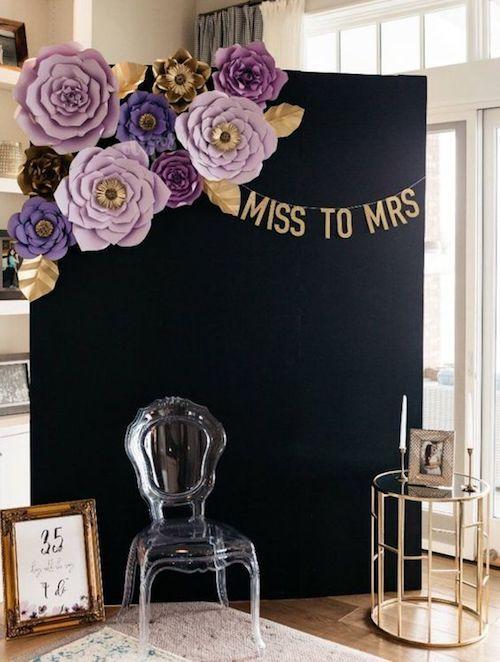 Decora el photo booth de tu bachelorette party con flores de papel gigantes.