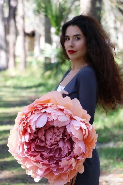 Ahorra en ramos en tu boda y usa flores gigantes de papel. Parece ser complicada de hacer pero es una manualidad muy sencilla. Flor gigante en papel crepe.