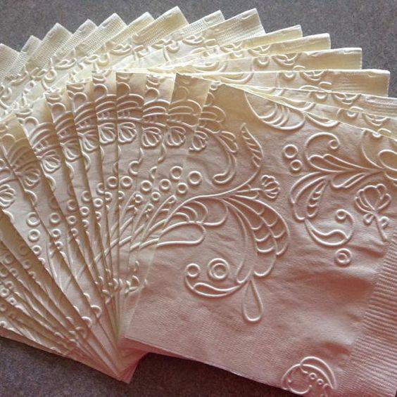 Estas servilletas de papel son soñadas. Decorarán tus mesas de banquetes de bodas con toda la elegancia. Via Etsy from Osowo, Michigan.