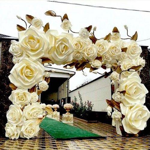 Ideas de boda: magnífico telón de entrada con flores de papel gigantes.
