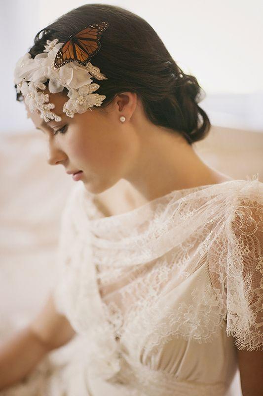 Súmale una delicada mantilla o chal a un vestido blanco y ¡quién dice que no eres una novia hecha y derecha!