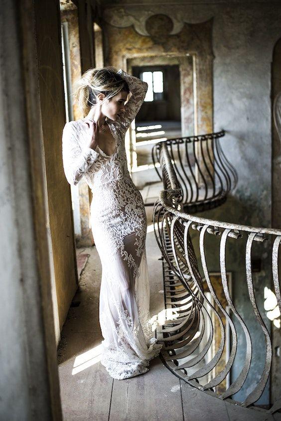 No busques vestidos de novia, busca un vestido en marfil con todo el lujo como este. Maneras ultra originales para ahorrar en tu boda. Foto: Enrico Carcasci/BYW @carca