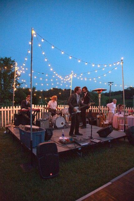 Tu banda es el entretenimiento de tu boda, pero tu puedes ayudar sentando a los invitados para promover la diversión.