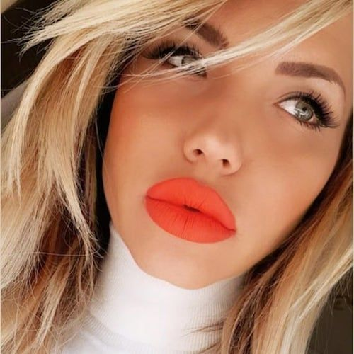 The most kissable living coral lips ever, am i right? Bridal makeup ideas and bold looks in living coral.