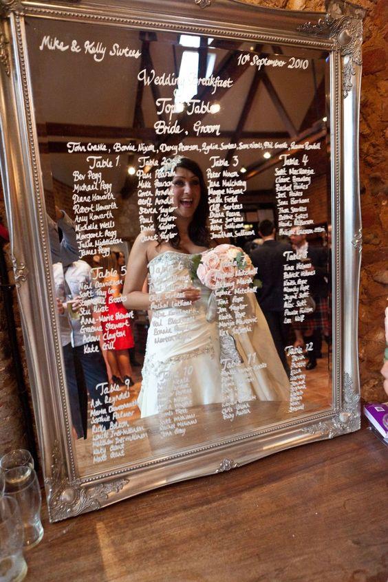 Pinta el marco de un espejo comprado en un flea market y distribuye a los invitados en sus mesas de boda.