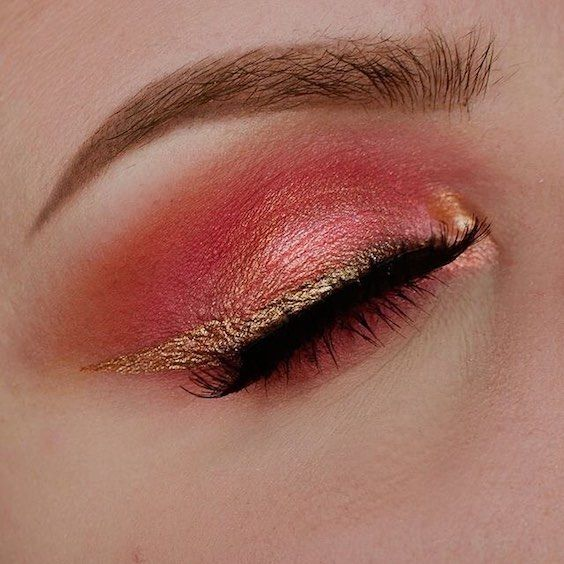 Living coral eyeshadow, gold eyeliner cat eye and the most dramatic eyelashes for the most beautiful and trendy bride.