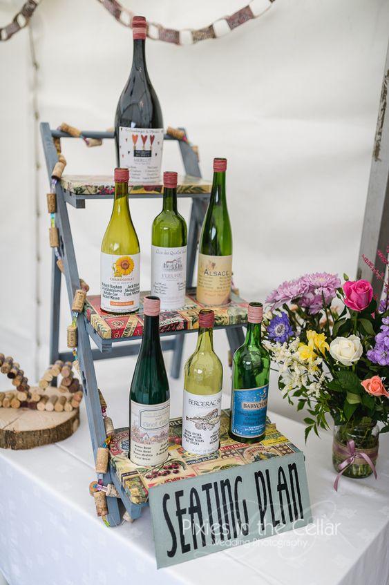 Los nombres de los invitados en la etiqueta de cada botella de vino para una boda inspirada en vinos franceses. De pixiesinthecellar.