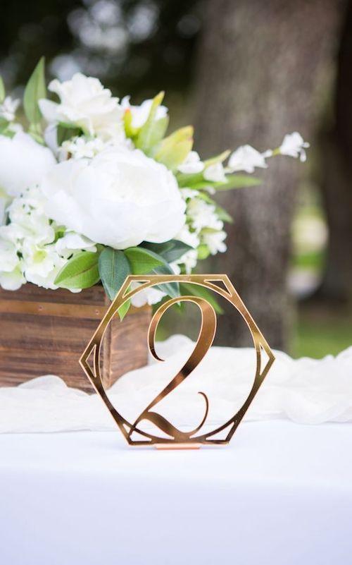 Números de mesa dorados para una boda glam, rústica o en bosque encantado. Consíguelos en Etsy de Palm Bay, Florida.