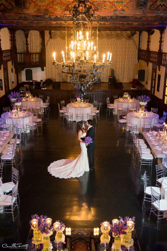¿Ya tienes planeado cómo sentar a los invitados en tu boda? No dejes de leer este artículo. Casa de España, Viejo San Juan via Camille Fontz.