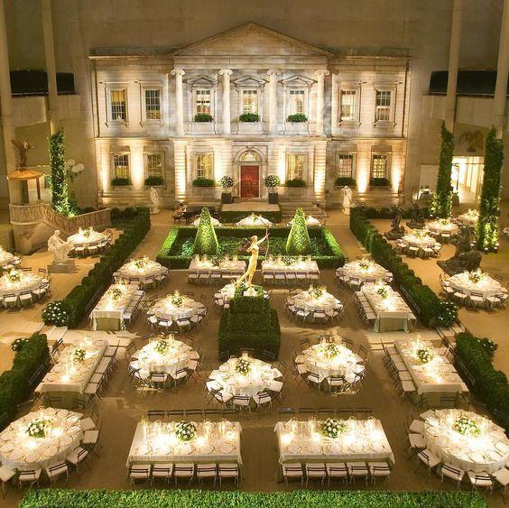Magnífica mezcla de mesas redondas y rectangulares para esta recepción de bodas.