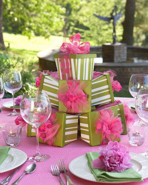 Una pila de recuerdos de bodas en tus mesas ayudarán a que tus invitados rompan el hielo.