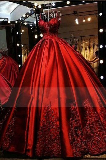 So regal-looking a majestic! A red gown for a winter affair. Do you dare?