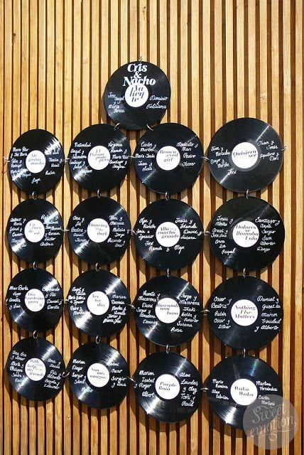 Un seating plan para una boda inspirada en los 70s con discos de vinilo de sweetemotiondesign.