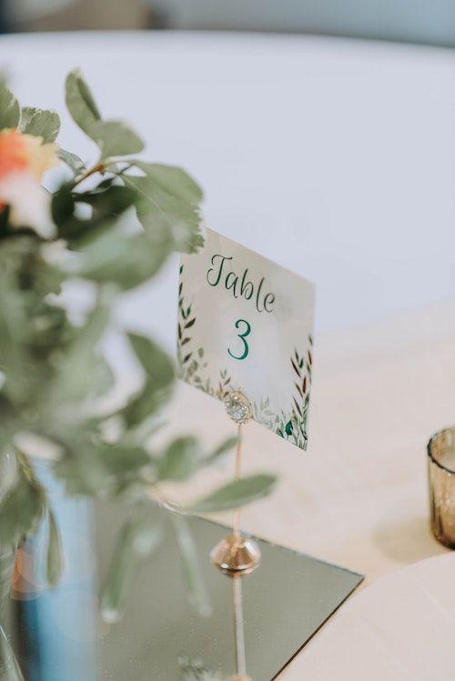 La gente quiere saber donde ir, por eso el seating plan o plan de mesas de boda es tan importante. Foto: Gades Photography/BYW @srosinger3997 Minnetrista, MN.