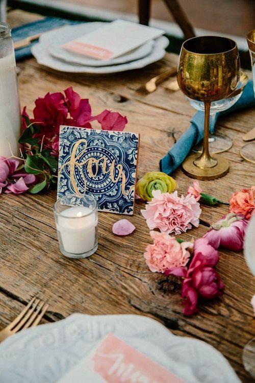 ¿Tengo que asignar mesas en mi boda? Te damos la respuesta y cómo asignar asientos para una boda bien divertida. Foto via ruffledblog.