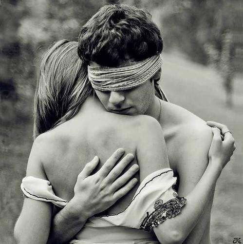 Al amor lo pintan ciego y con alas... ciego para no ver los obstáculos... y con alas para volar siempre unidos. Jacinto Benavente.