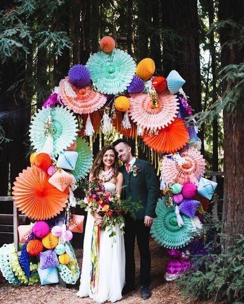 Abanicos de papel tridimensionales coloridos para un divertido backdrop para boda por designlovefest.