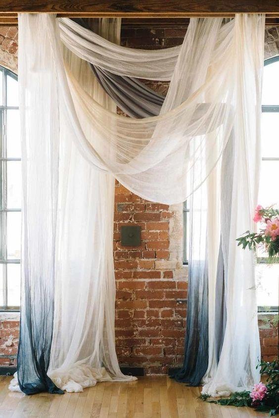 Telas transparentes en ombré para el altar de la ceremonia. ¿Lo convertimos en fondo de cabina de fotos?