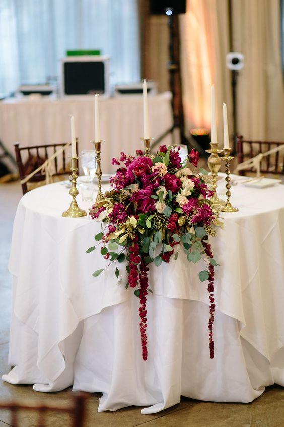 Candelabros y un hermoso bouquet en magenta, crema y verde para la ambientación de mesas de novios. Fotografía: Lisa Woods.