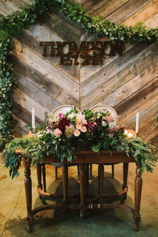 Muebles vintage y cantidad de vegetación sobre la mesa. Pero presta atención a la decoración del background. Foto: Let's Frolic Together Photography.