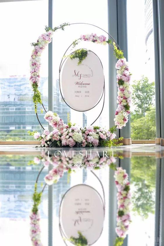 Con la luz entrando por los amplios ventanales este backdrop se refleja en una fuente de agua cristalina que amplifica su belleza. A veces la ubicación de los detalles en una boda marcan la diferencia.
