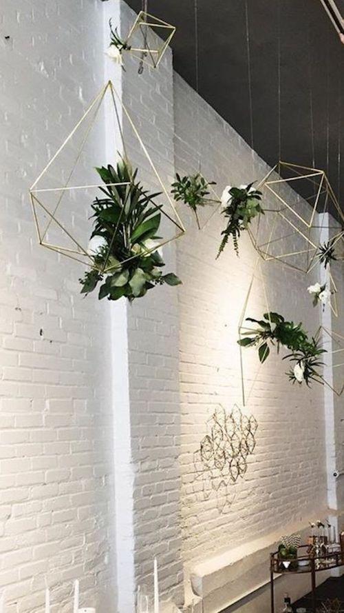 Si prefieres el minimalismo modernista, une la geometria y un arreglo floral para un backdrop colgante sensacional y único.