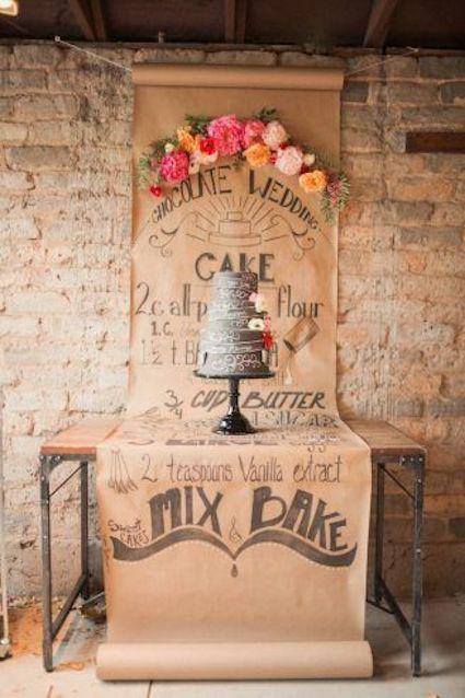 Un backdrop para bodas estilo papiro adornado con peonias. Foto: Gideon Photography.