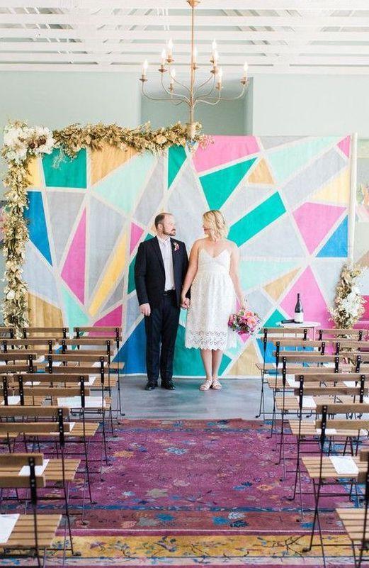 ¿A que no se te había ocurrido armar backdrops para boda con un cuadro gigante o un collage de triángulos? Fig House L.A.