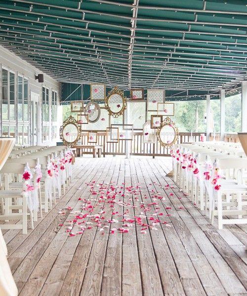 A recorrer mercados de pulgas y tiendas de a dólar para uno de los backdrops para boda mas originales. Marcos de cuadros colgantes.