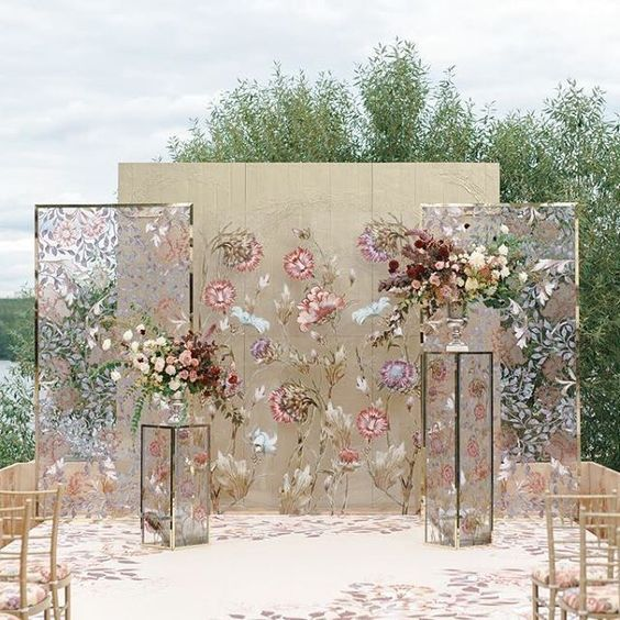 Prometimos mostrarte los backdrops para boda más originales y cumplimos. Este fondo de ceremonia puede ser reutilizado para el photo call.