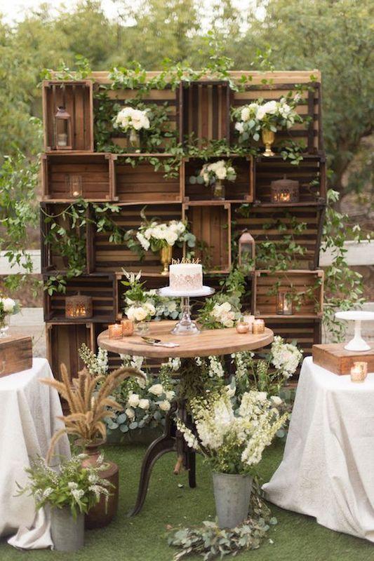 Backdrops para bodas que nos dejan boquiabiertas. Con cajones de madera y decorados con plantas y flores sirven de fondo para el pastel y mucho más.