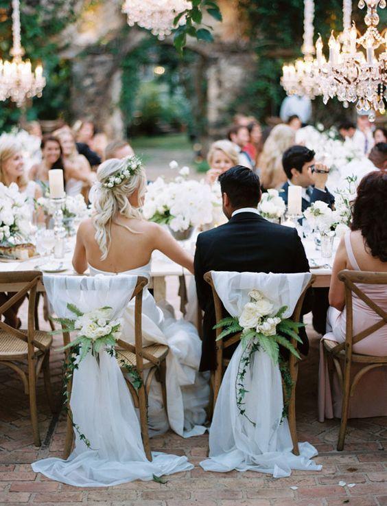 Boda destino en Haiku Mill, Maui. Uno de los lugares de bodas más hermosos del mundo. Entre glam y beachy boho, el detalle de las sillas me enamora a primera vista.