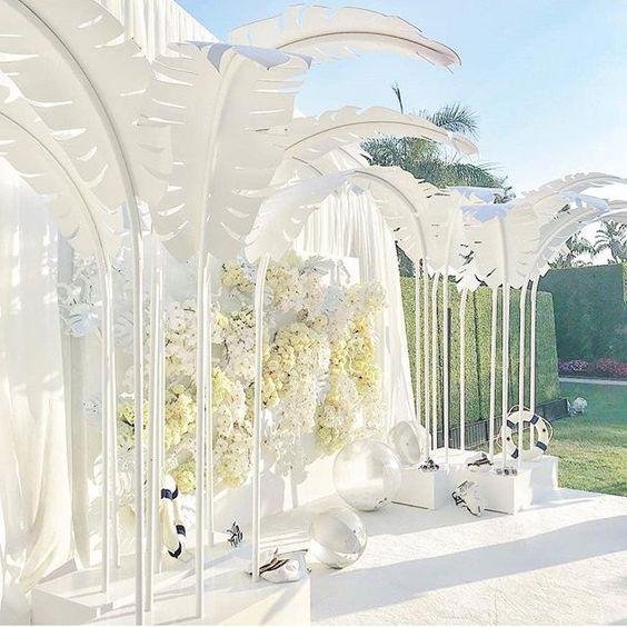 Un muro de flores para una boda de punta en blanco. Los invitados posaron frente a la misma para las fotografías de boda de @celiosdesign.