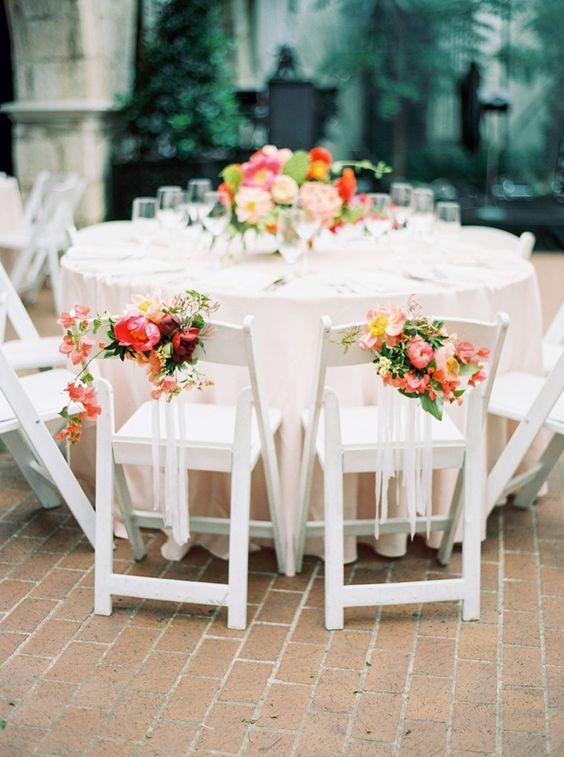 Esta boda en el jardín en Dallas Arboretum nos demuestra que la simplicidad en la ambientación de mesas de novios nunca decepciona. Fotografía: nbarrett.