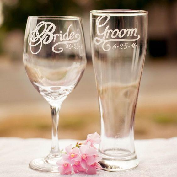 Cambia la tradición del brindis con champagne por unas sabrosas chelitas. ¿Qué opinas de estas copas para novios?
