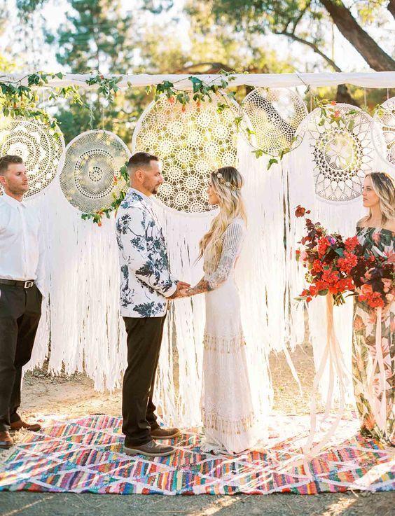 Inspiradora ceremonia con atrapa-sueños en una boda que mantiene ese ambiente siempre genial de Palm Springs, California. Fotografía: Danielle Poff.