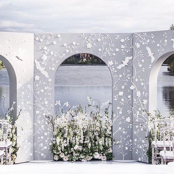 Arcos con flores y gaviotas que serán el marco perfecto para la ceremonia religiosa o una sesión de fotografía única.