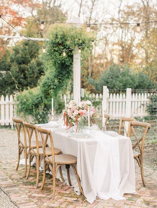 Si prefieres algo más tranquilo para destacar la mesa principal, puedes sumar unas cintas al tono a tu centro de mesa. Por allwhowanderevents.