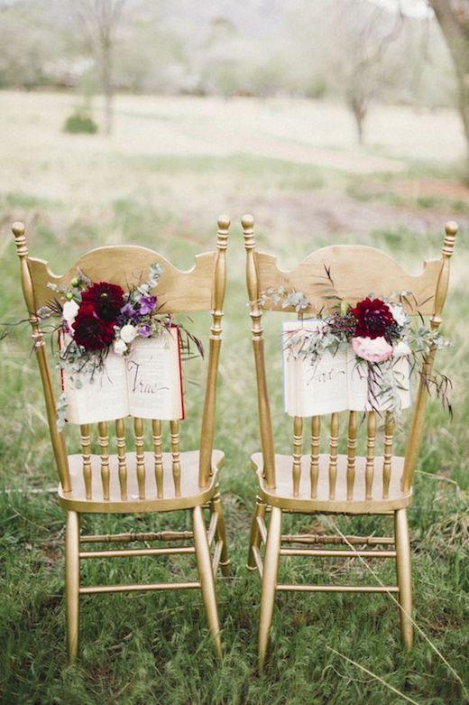 El inicio de un nuevo capítulo en tu vida representado por estos cuadernos con ramo de flores como deco de las sillas de novios.