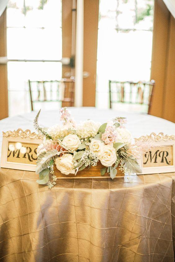 Encantadora decoración de mesa principal en este viñedo en Virginia Bluemont Vineyard. Foto: Hay Alexandra Photography.