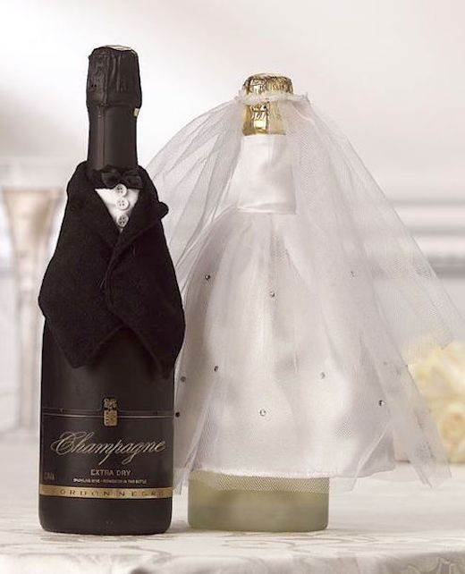 Detalle original para la mesa de los novios. Viste una botella de vino o champagne con estos simpáticos atuendos.