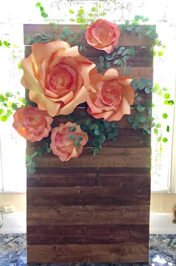 Si quieres hacer este backdrop para bodas no dejes de leer este artículo que te muestra cómo hacer flores de papel gigantes.