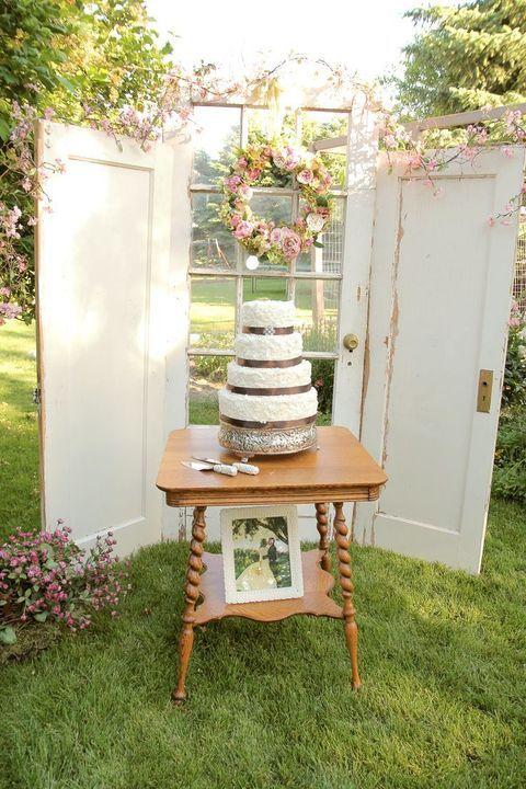 Transforma un par de puertas y un marco de ventana en un fondo de decoración vintage.