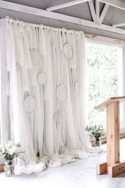 Usa los atrapa sueños sobre un fondo de tela para darle un toque mas glamuroso a tu boda boho.