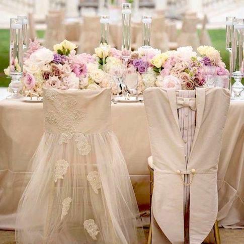 Las fundas para sillas más originales que jamás he visto. Vestido de novia y frac con levita en blanco son el complemento perfecto para esta decoración de boda.