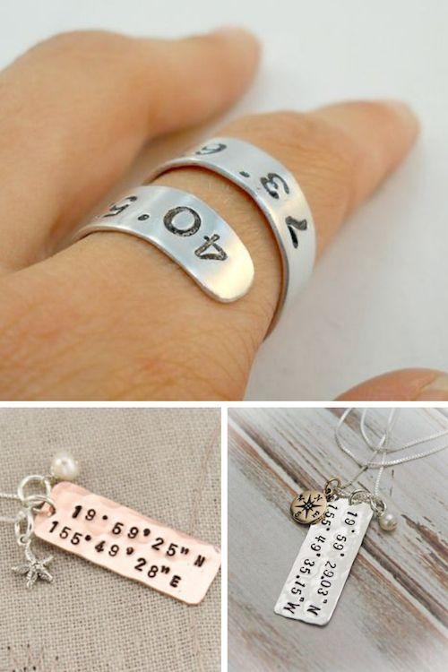 Un anillo de plata que marca las coordenadas donde comenzó tu amor. Collar con coordenadas y brújula ¿o prefieres marcar donde fue tu primer beso? Desde Chadds Ford, Pennsylvania.