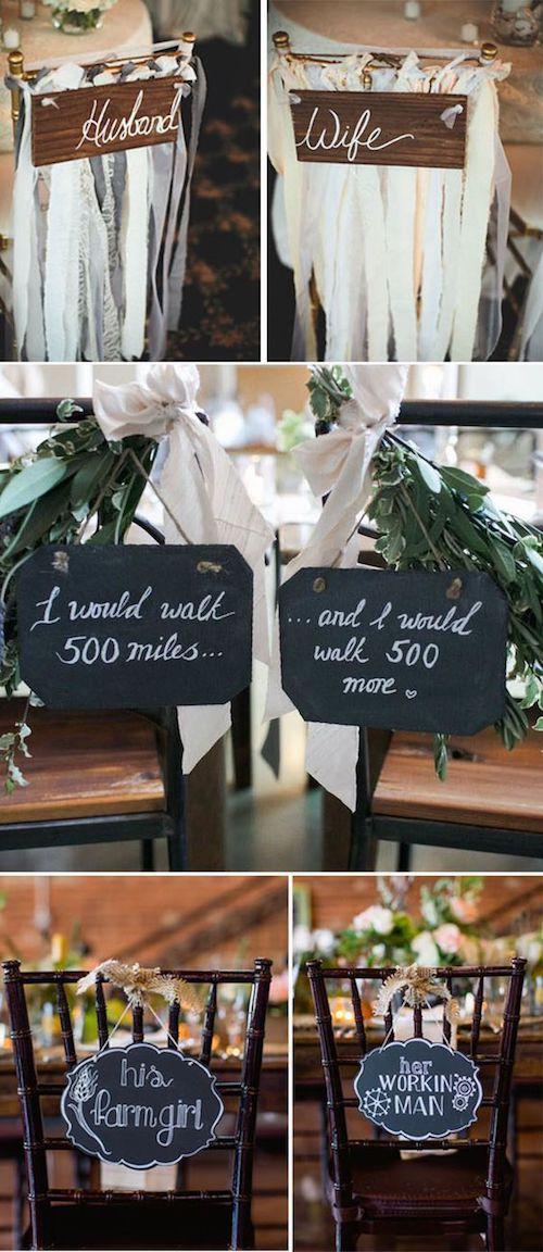 Independientemente del estilo de tu boda, existen infinitas opciones para decorar las sillas de los novios con letreros de boda originales y representativos de la pareja.